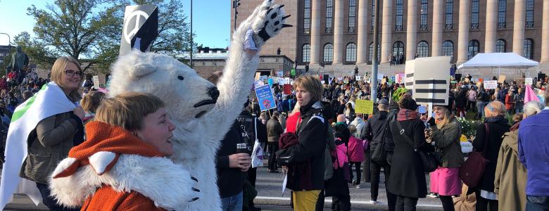 Nuori halaa jääkarhupukuista